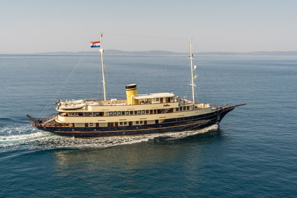 luxury-yacht-charter-croatia-minicruiser-casablanca.jpg