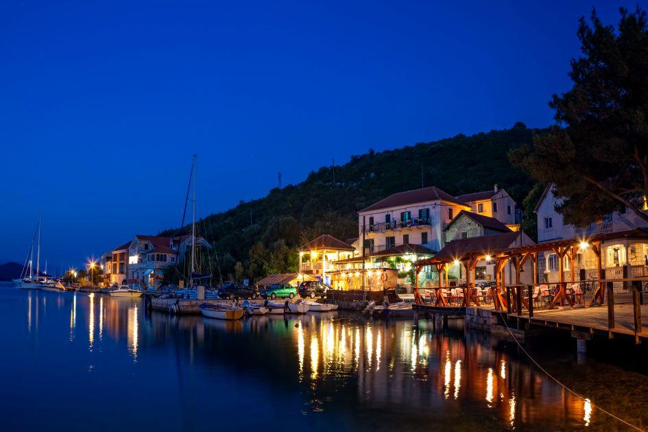 restaurants-on-mlljet-island-for-yachts.jpg